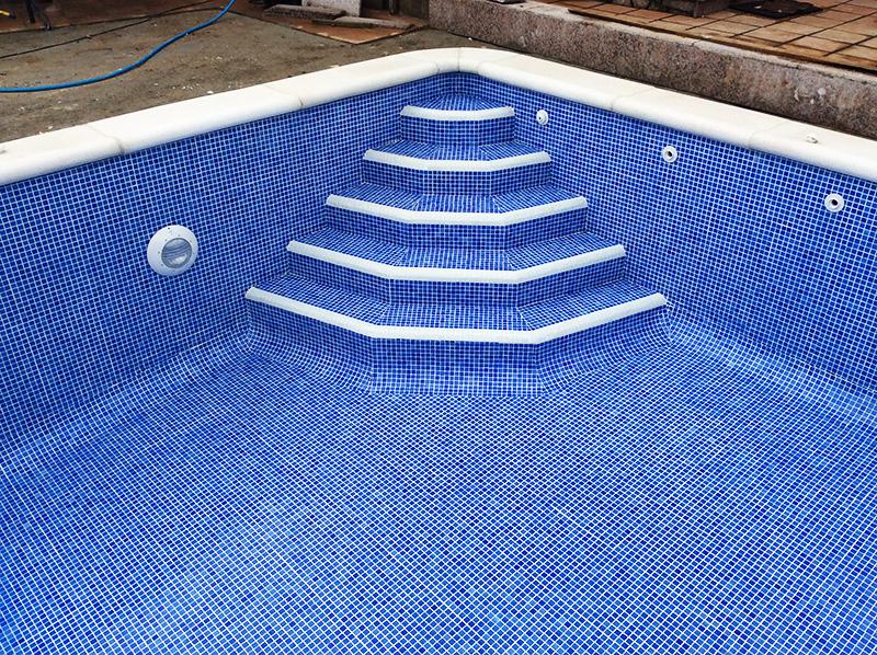 Piscinas de obra u hormig n ancla piscinas for Escaleras para piscinas de obra